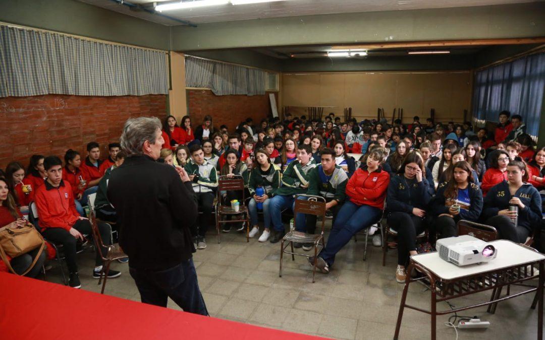 EN LA ESCUELA NACIONAL EMIR FÉLIX RESPONDIÓ PREGUNTAS DE ALUMNOS