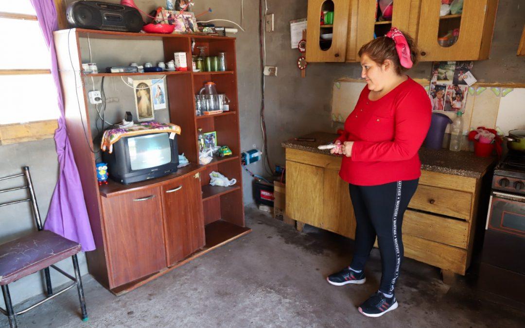 VIVEN AL PIE DE LA CUESTA DE LOS TERNEROS Y UNA ACCIÓN CONJUNTA DEL MUNICIPIO LES PERMITIÓ TENER LUZ