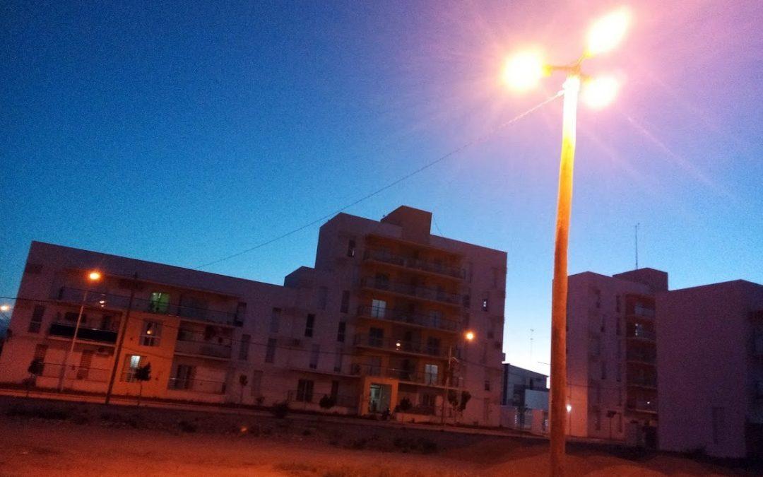 NUEVAS TORRES CON LUMINARIAS EN EL PREDIO LINDERO AL BARRIO PROCREAR